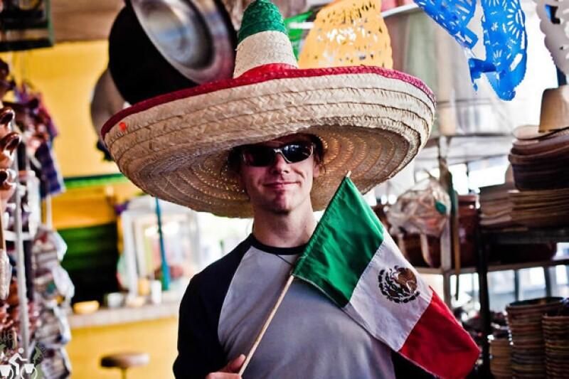Durante una celebración para dar bienvenida a los nuevos alumnos, un puesto de comida mexicana quiso regalar sombreros pero le pidieron que dejara de hacerlo por considerarlo un acto racista.