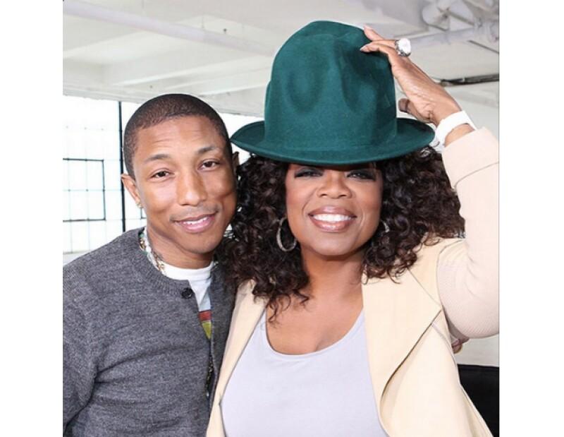 Posando con Oprah Winfrey y su famoso sombrero.