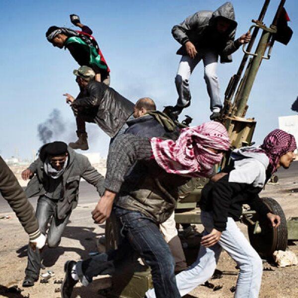 En la imagen aparecen rebeldes huyendo después de las revueltas en Ras Lanuf, Libia, el 11 de marzo de 2011.