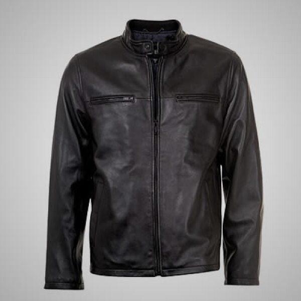 Los vestidos de mezclilla con olanes se pueden combinar con una de las chamarras de piel estilo motociclista que incluye la colección.