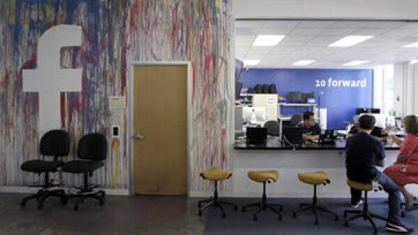 La comida gratis o las salas de juegos buscan tener a la gente en las oficinas  de Silicon Valley. (Foto: AP)