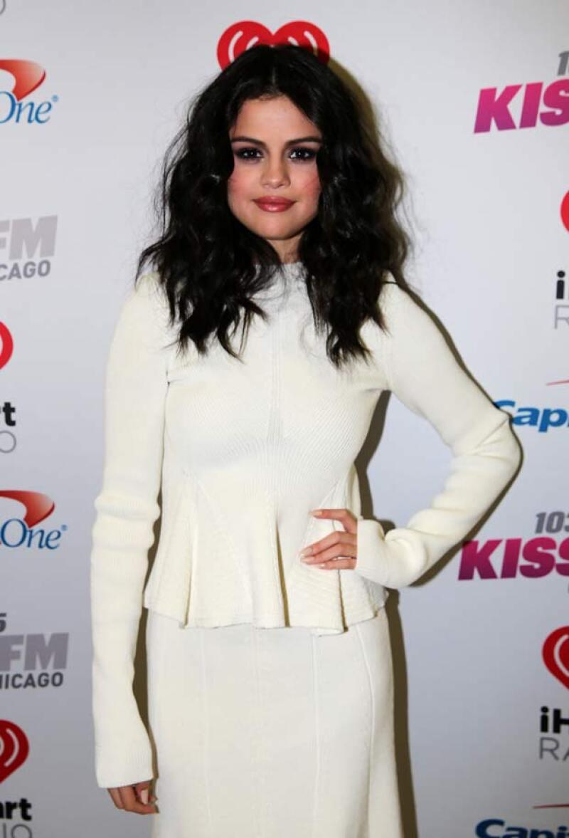 Selena tiene todo el perfil para ser la novia perfecta, sin embargo, parece que ella no quiere encontrar el amor... o probablemente sea al revés.