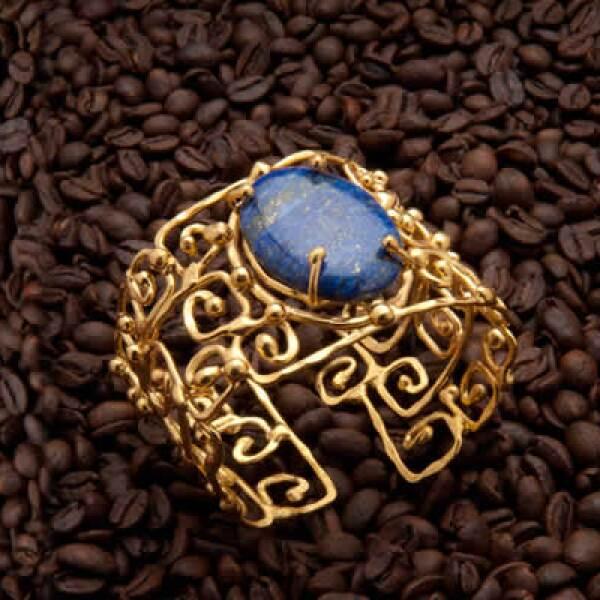 Las piezas son bañadas en oro o en plata y son creadas a mano desde su estudio en Guadalajara.