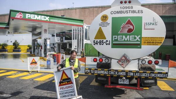 En 2013 la CFC multó a Pemex con 653 mdp por atar la venta de gasolina a la contratación de sus transportes. (Foto: Especial)