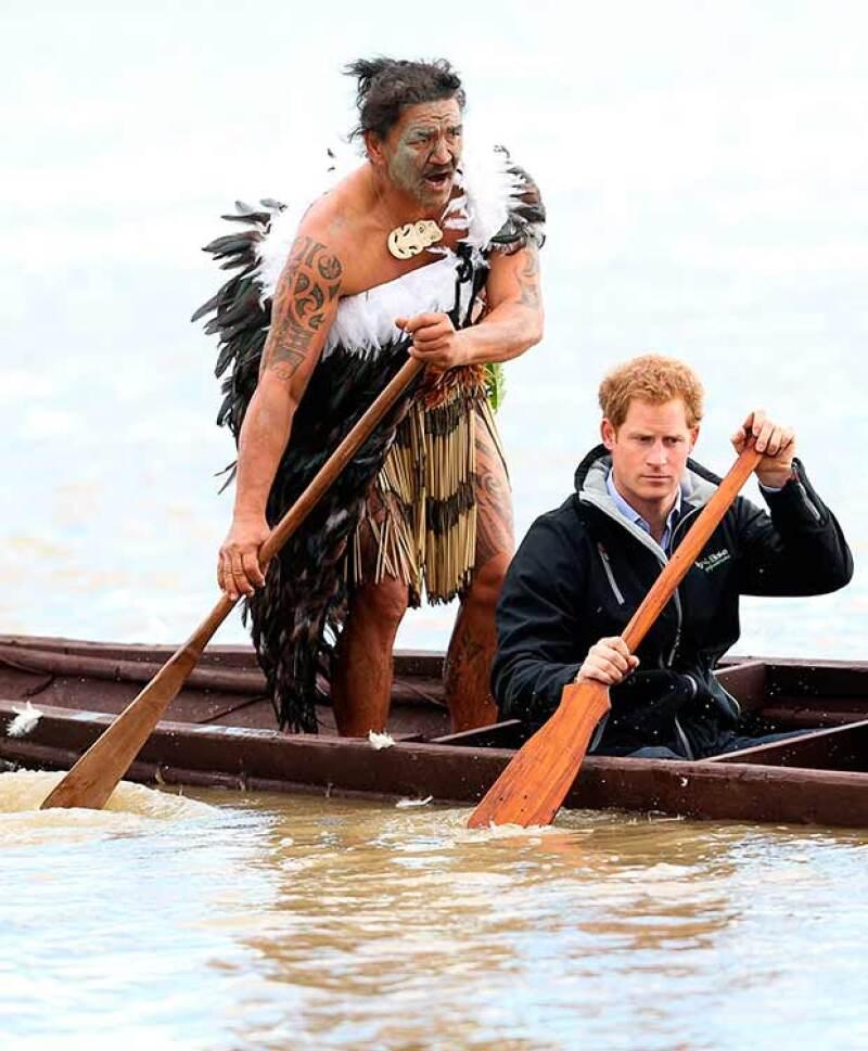 El menor de los hijos de Lady Di se unió a una grupo de guerreros maoríes para remar contra corriente en el río Whanganui.