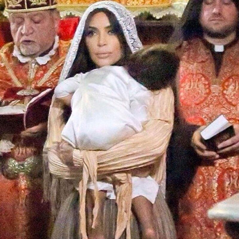 Fue en abril cuando la hija de Kim y Kanye fue bautizada en Jerusalén, pero es hasta ahora que su mamá decidió compartir más recuerdos de ese momento con sus seguidores.