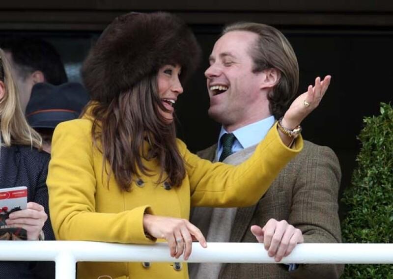 La hermana de Kate asistió al exclusivo festival hípico de Cheltenham, Inglaterra, acompañada de Tom Kingston, un popular banquero con quien mantiene una amistad desde hace varios años.