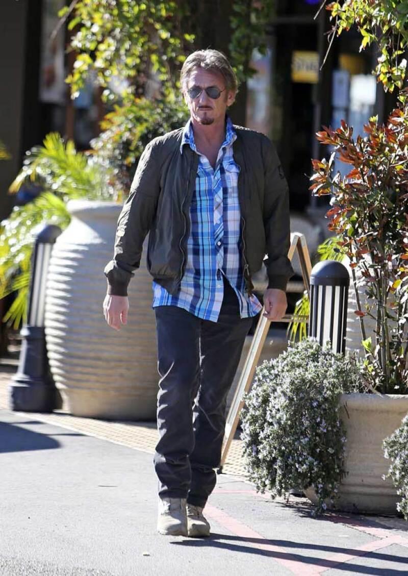El actor fue visto platicando cómodamente con el comediante Jason Sudeikis y la actriz Olivia Wilde en Los Ángeles, a quienes se encontró durante un paseo.