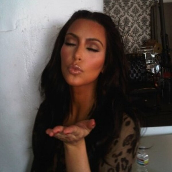 Kim mandando besitos.