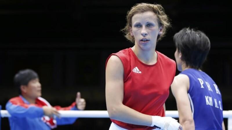 La rusa Elena Savelyeva después de vencer en la primera pelea olímpica femenil