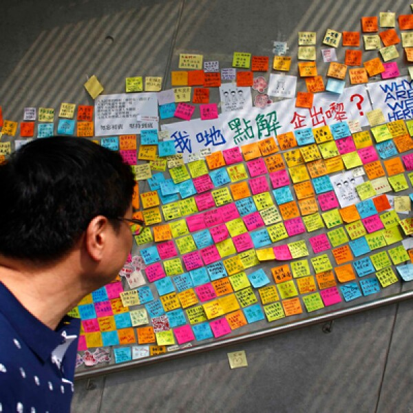 Muchos prefieren escribir sus peticiones all Gobierno en papelitos de colores.