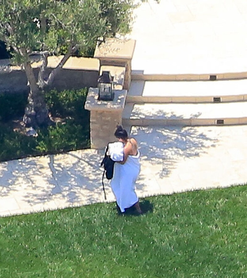 La esposa de Kanye West se cubrió con una toalla y se dirigió al interior de su casa al percatarse de que la fotografiaban.