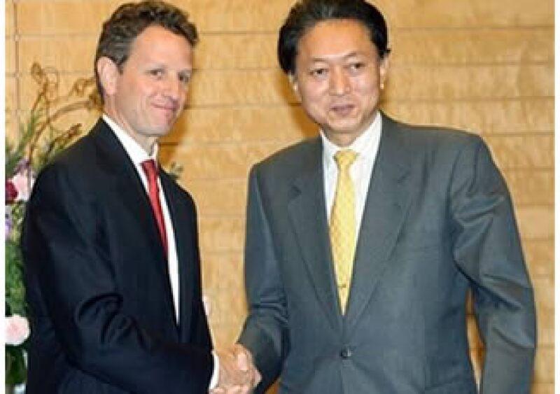 Tomothy Geithner (izq.) se reunió con el primer ministro japonés, Yukio Hatoyama antes de participar en una reunión del APEC. (Foto: AP)