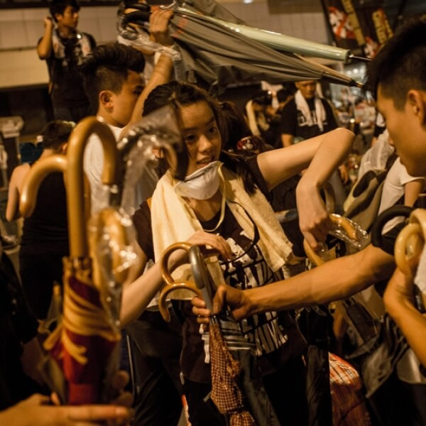Hong Kong manifestantes sombrillas paraguas protestas