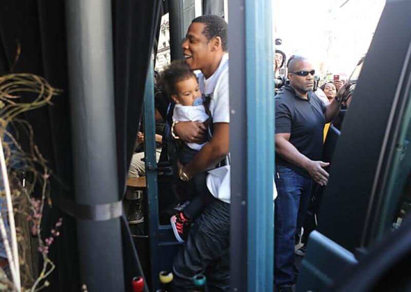 Jay-Z besaba y abrazaba a su hija en todo momento, quien iba vestida como una digna amante del hip hop.