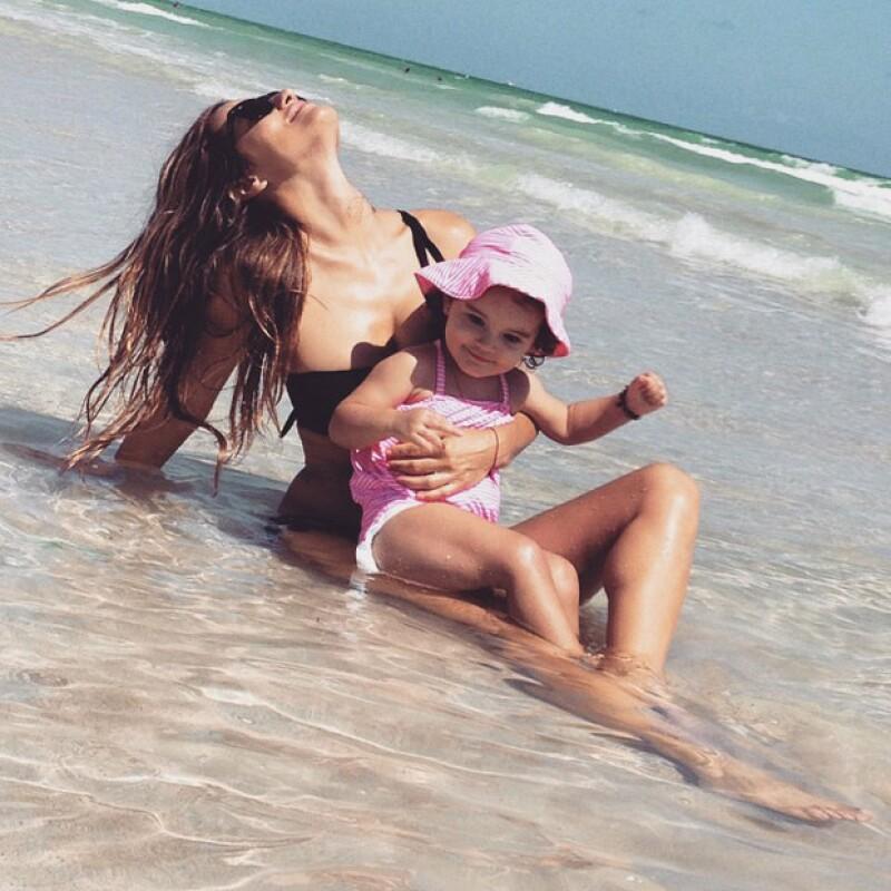 Así posó Lola Ponce junto a su hija Erin hace unos días, también bajo el sol de Miami.