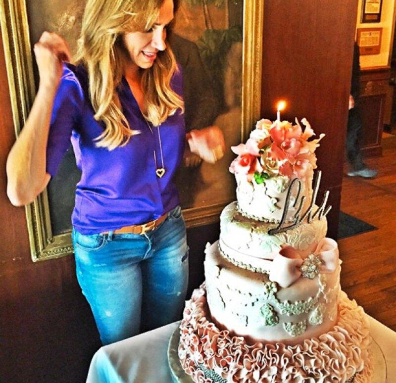 """Lili celebró su cumpleaños con un pastel de """"quinceañera""""."""