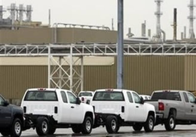 GM trasladará la fabricación de las camionetas híbridas GMC Sierra de Canadá a México. (Foto: AP)