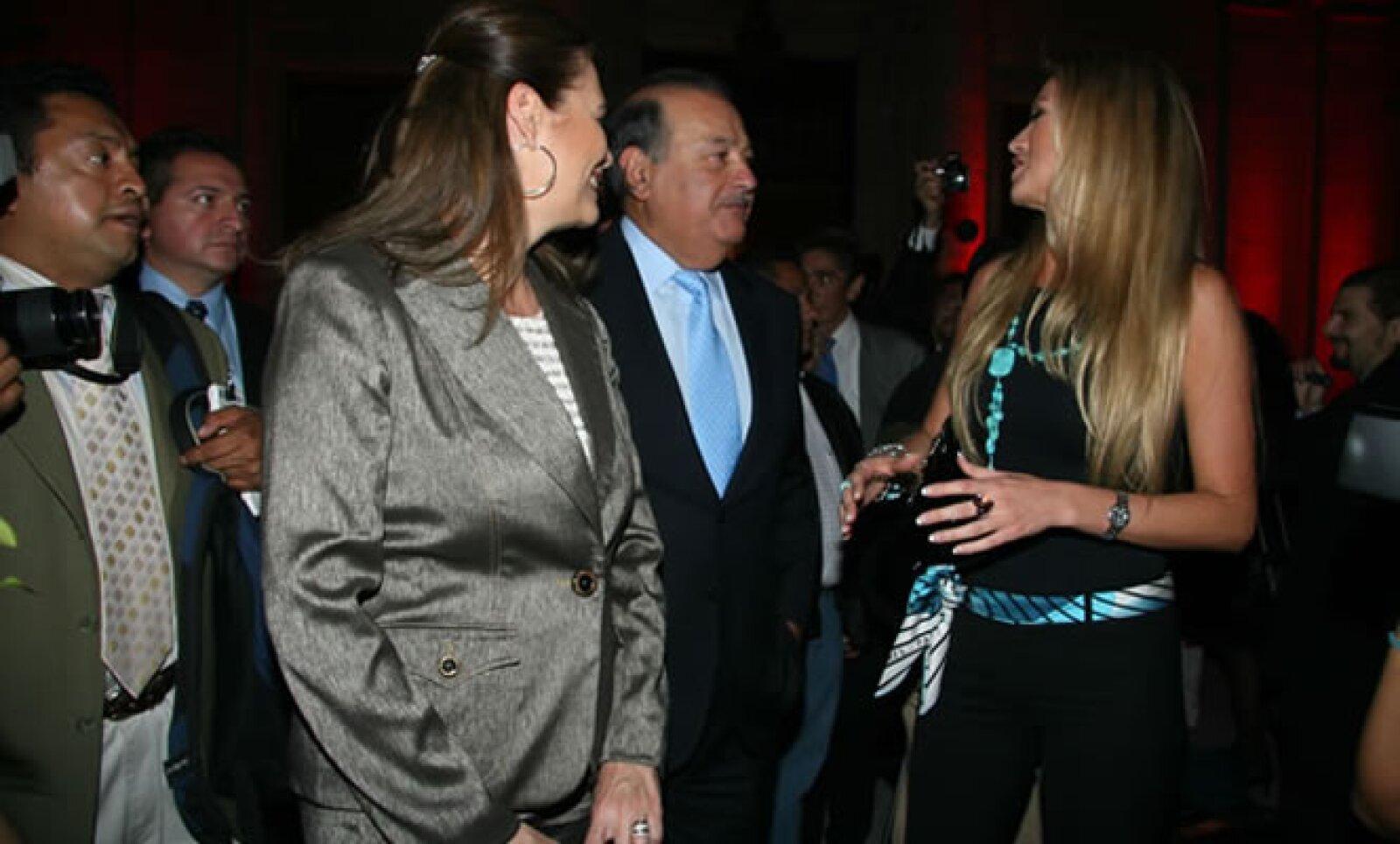Antes del compromiso, María Elena había convivido esporádicamente con su futuro suegro. Aquí, en la apertura del restaurante Zéfiro de la Universidad del Claustro de Sor Juana, en marzo de 2009.