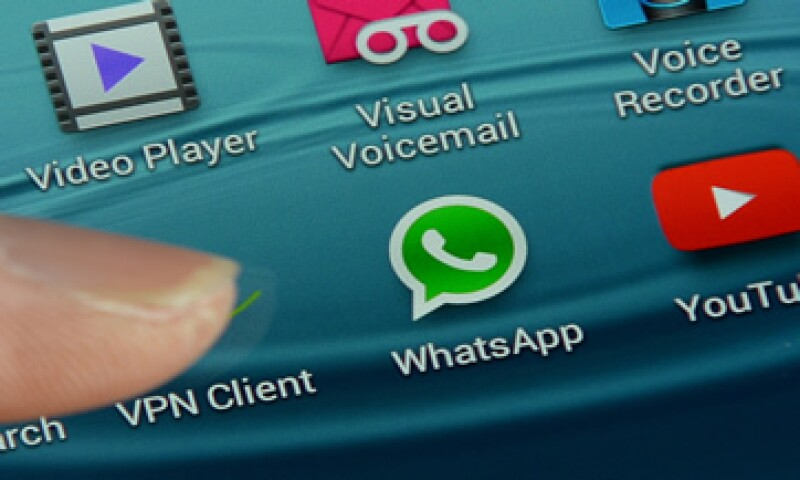 Otra de las formas más eficientes es usar la aplicación desde otro teléfono y agregar a la persona que sospechas que te bloqueó.(Foto: AFP )