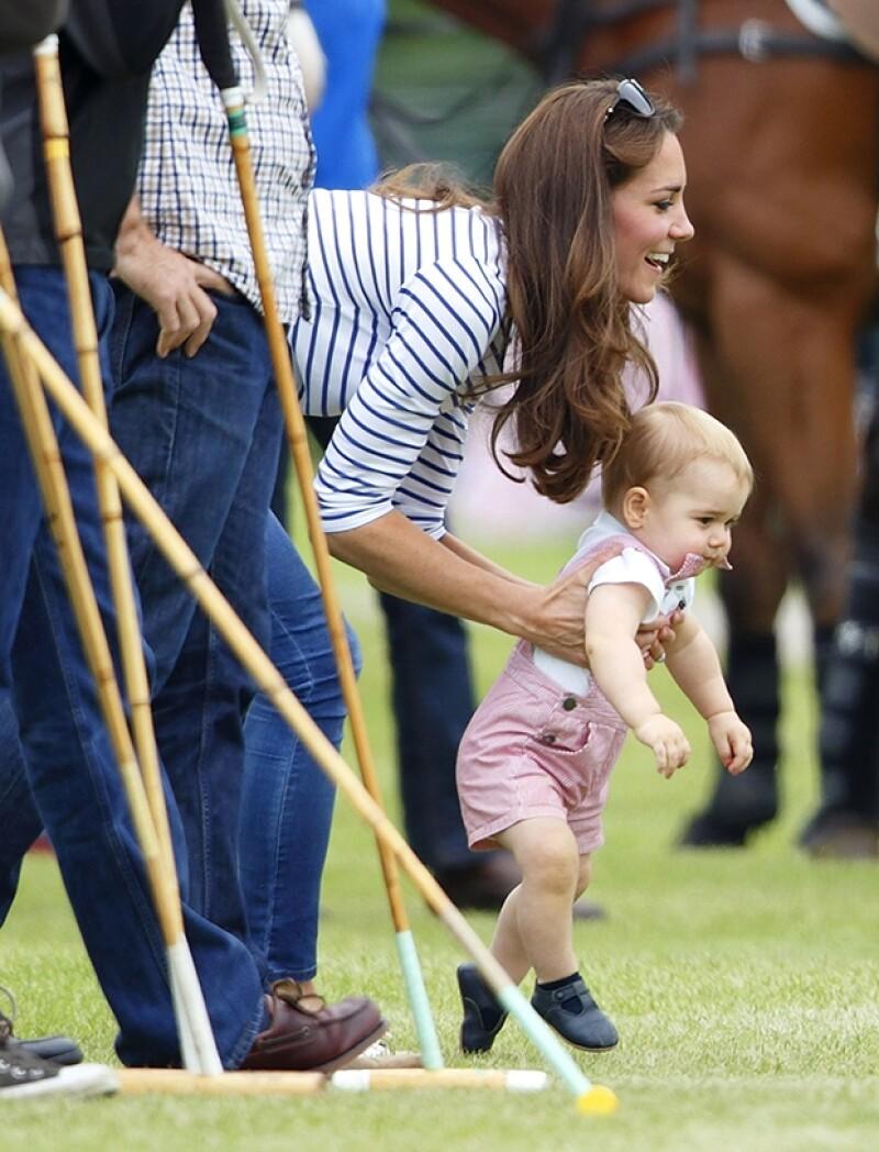 Kate parecía muy emocionada de alentar a su hijo a caminar por sí solo.