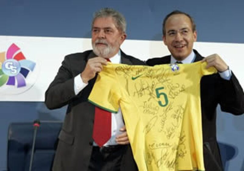 El presidente brasileño, Inácio Lula (izq.),  obsequió una playera de futbol al mandatario mexicano, Felipe Calderón. (Foto: AP)