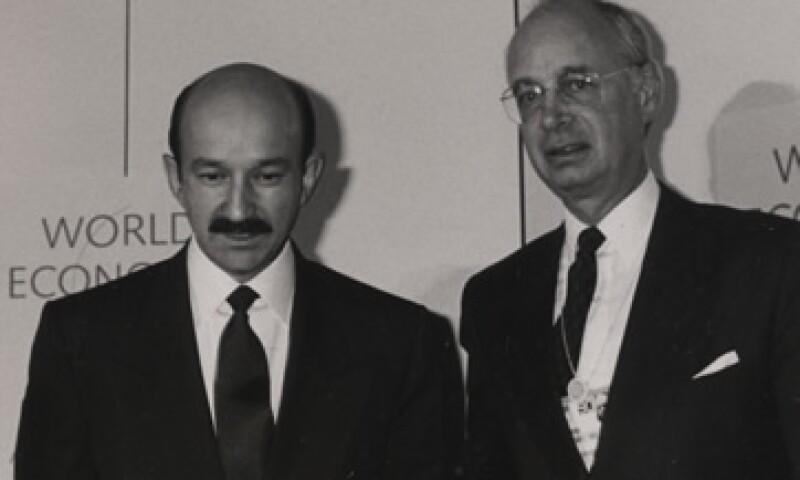 Carlos Salinas -izquierda- acompañado de Klaus Schwab -derecha- en la reunión anual de 1990. (Foto: World Economic Forum)