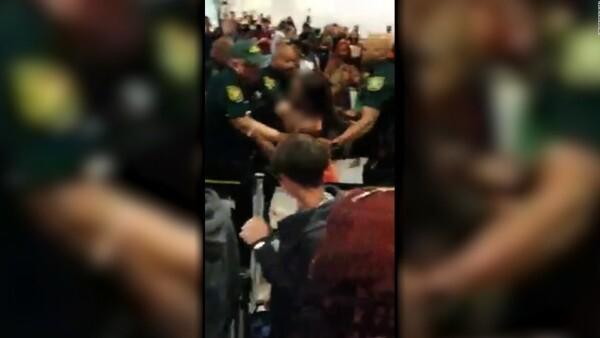 Pelea campal entre pasajeros y policías en aeropuerto