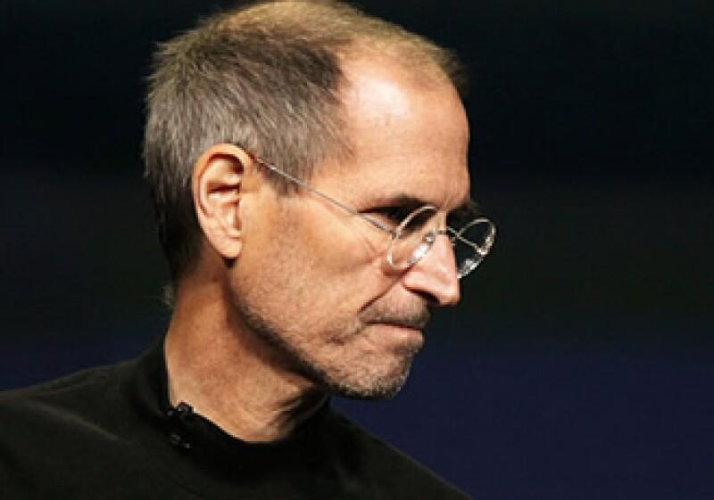 Los disparates funcionan como Jobs presentando una iMac ¡sin disco flexible!. (Foto: CNNMoney)