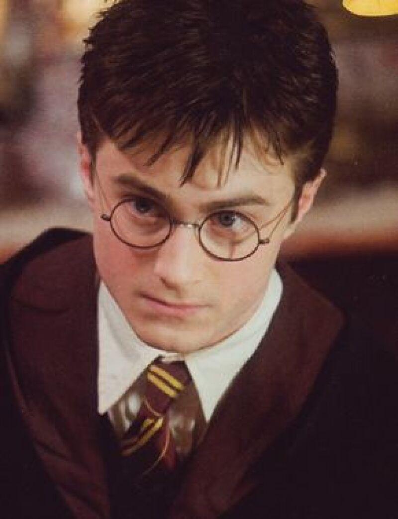"""El séptimo libro de J.K. Rowling, 'Harry Potter y las reliquias de la muerte"""", será dividido en dos películas, informaron los estudios Warner Bros."""