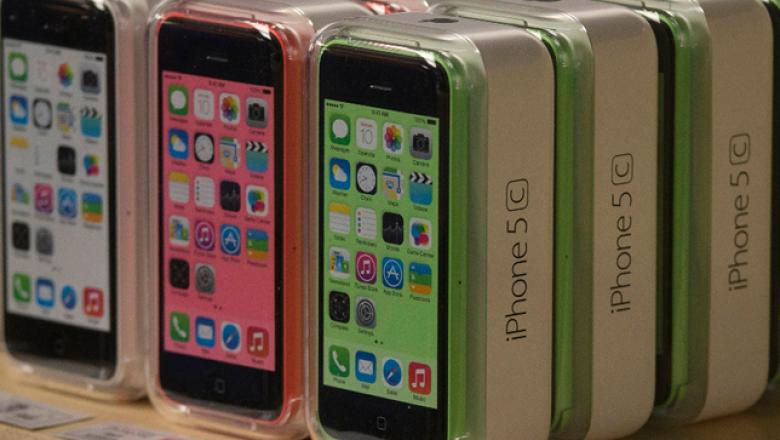Analistas han criticado que el iPhone 5C, con carcasa de plástico, representará un ahorro sólo para Apple, pero no para los consumidores.
