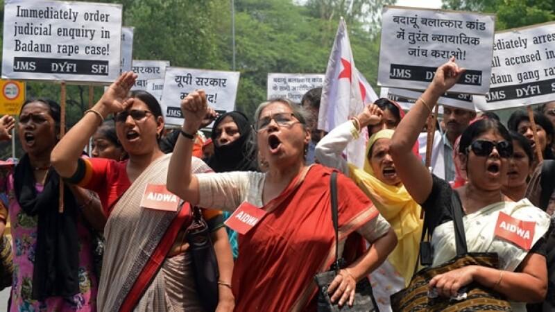 Un grupo de activistas protestó el sábado por la violación grupal y asesinato de dos niñas al norte de India