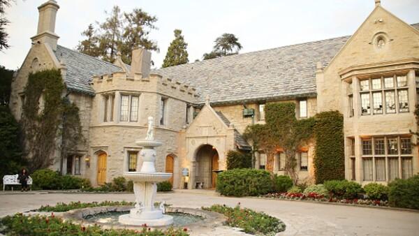 La famosa mansión Playboy de Hugh Hefner está a la venta por 200 millones de dólares, pero quien la compre tendrá que dejar que el empresario viva ahí hasta su muerte.