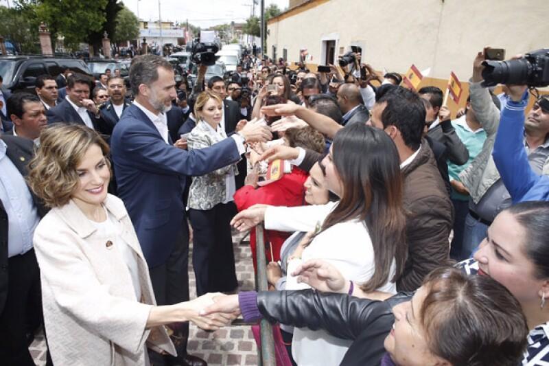 Muchos ciudadanos se juntaron para ver pasar y saludar a la pareja real de España.