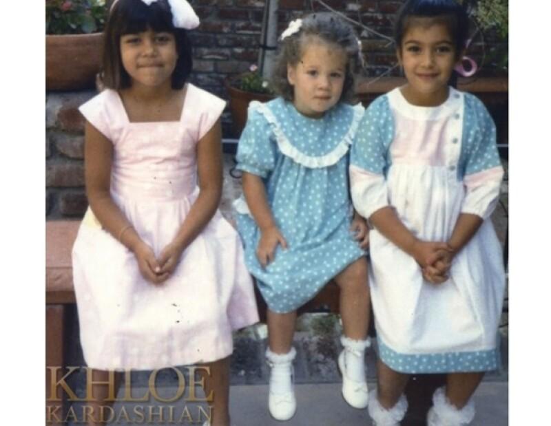 Las socialités subieron a la red fotografías de su infancia. En una de ella aparece su padre, el abogado Robert Kardashian, rodeado de sus hijos.