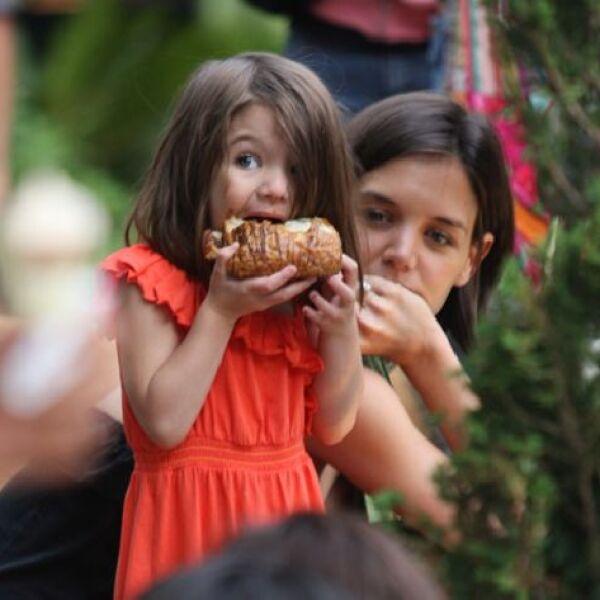 Suri se muestra muy expresiva al comer un delicioso croissant junto a mamá.