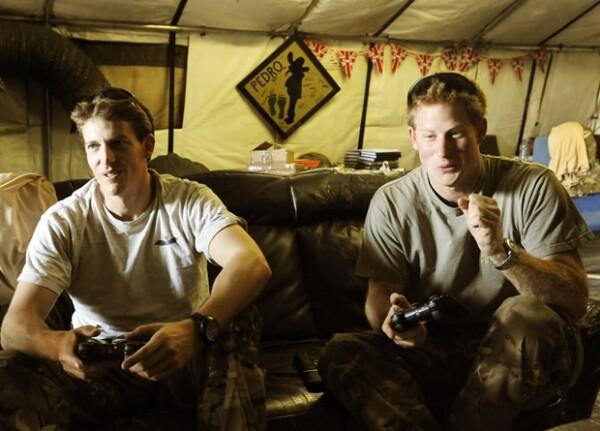 Enrique en sus tiempos libres jugaba Playstation con sus compañeros.