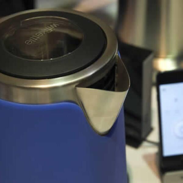 Esta cafetera es controlada desde un teléfono y avisa al usuario si requiere más agua o café.