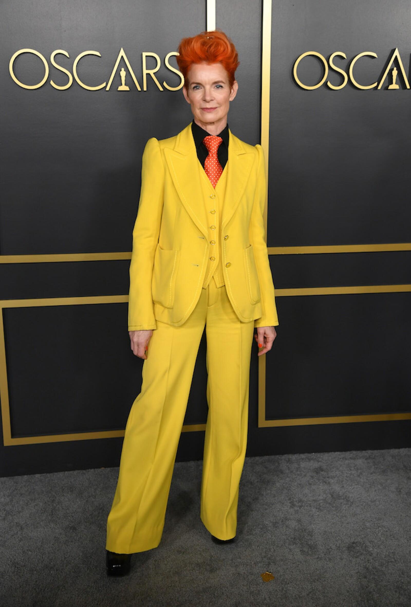 No dudamos que la inspiración para el look de Sandy Powell, sea David Bowie, no por nada está nominada por mejor vestuario, y es clásico verla con trajes en colores llamativos como el de esta gala previa.