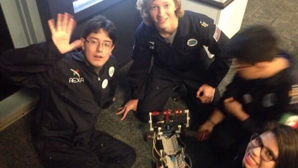 Los integrantes de la Escuela Mexicana de Robótica que ganaron un concurso de la NASA este domingo