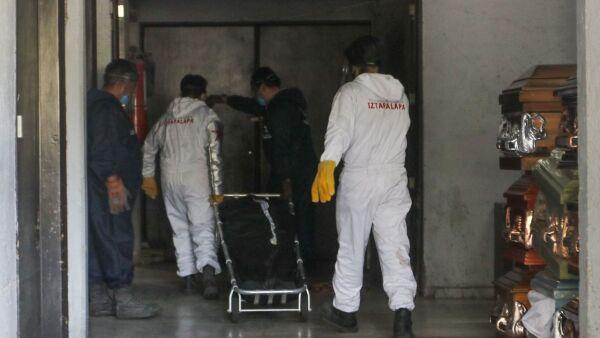 Trabajadores del Velatorio del Panteón Civil San Nicolás Tolentino recibieron el cuerpo de una muerte de Covid-19 para el servicio de cremación