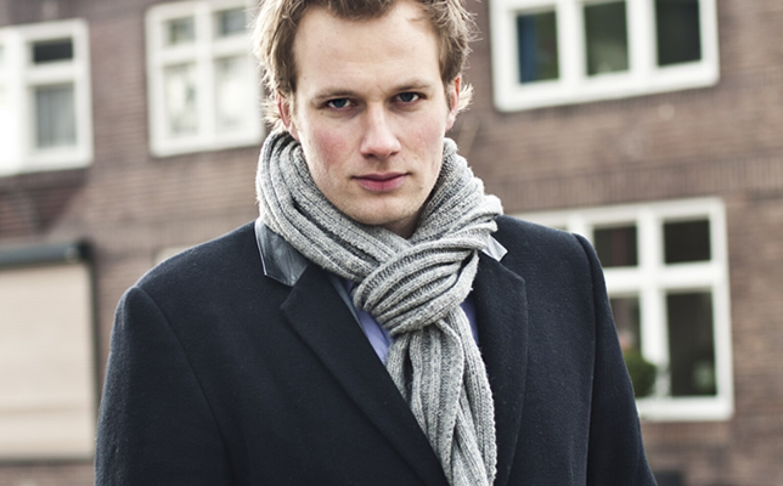 La bufanda dejó de ser solo una prenda para cubrirte del frío, transfórmala en el accesorio que le de un toque de estilo a tu atuendo ejecutivo. Sigue estos pasos: