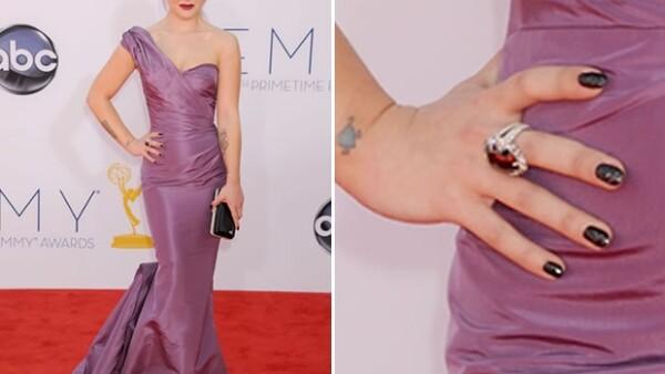 La cantante y conductora se dirigió a sus fanáticos a través de Twitter para aclarar quién pago por el esmalte de 250 mil dólares que usó para los Emmy.