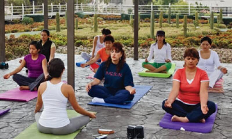 La azotea del Infonavit es un jardín con pista para corredores, espacio de yoga, hortalizas y un riachuelo. (Foto: Agustín Garza)