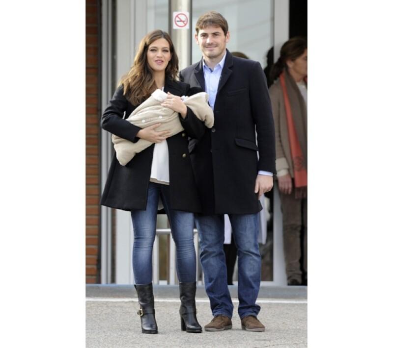 Acompañados de su bebé recién nacido, la periodista y el jugador abandonaron el hospital madrileñopor la puerta principal para presentar ante los medios a su primogénito.