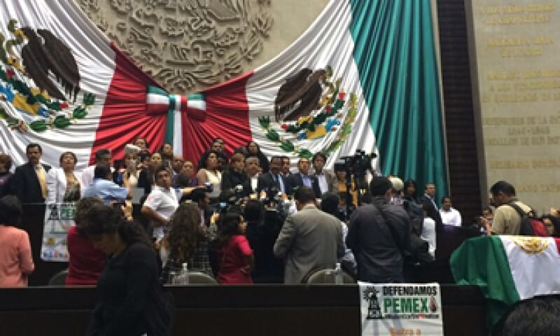 Desde la tribuna, los diputados gritan consignas contra la reforma energética. (Foto: Imelda García)