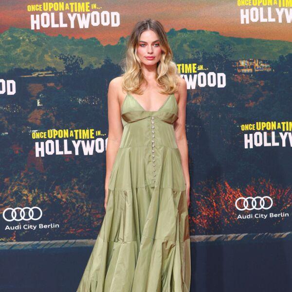 """Margot Robbie en la premiere de """"Once Upon A Time... In Hollywood""""en Berlin con un vestido verde seco de Jacquemus"""