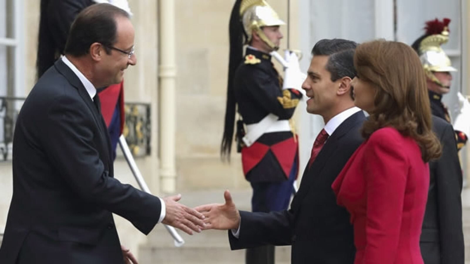 Peña Nieto es recibido por Francois Hollande