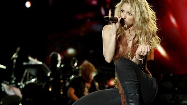 Bustier dorado, pantalón negro tipo esmoquin y botas fue el atuendo que eligió Shakira para desenvolverse en el escenario con contorsiones, giros, golpes de cadera y contoneos sin fin.