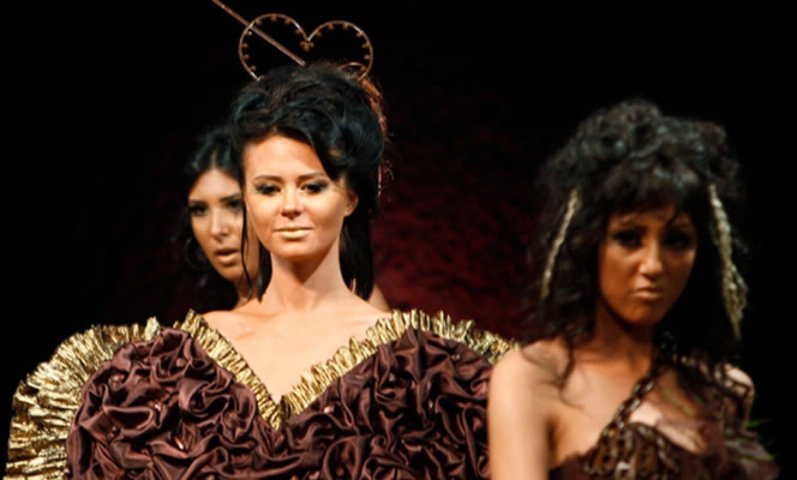 En el Cairo se llevó a cabo un desfile de modas especial, en el cual los vestidos tenían adornos de chocolate comestible.